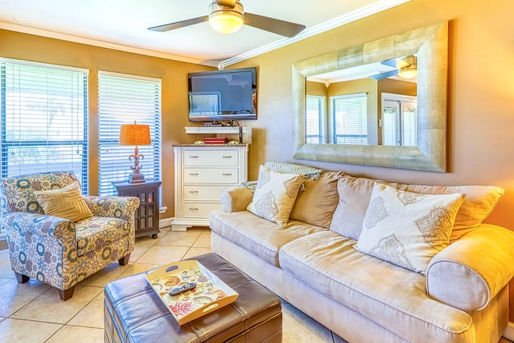 Beautiful efficiency condo w/ full kitchen, shared pool, hot tub, & beach access