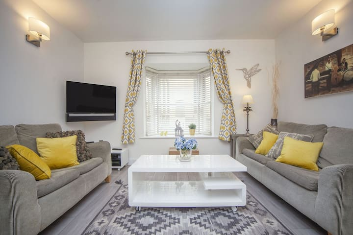 Hummingbird House | Newly refurbished 2 bed, 2 bath property in central Bath with private parking