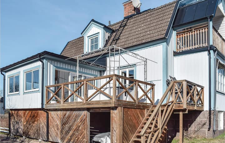 Awesome home in Hultsfred with Jacuzzi, Sauna and WiFi