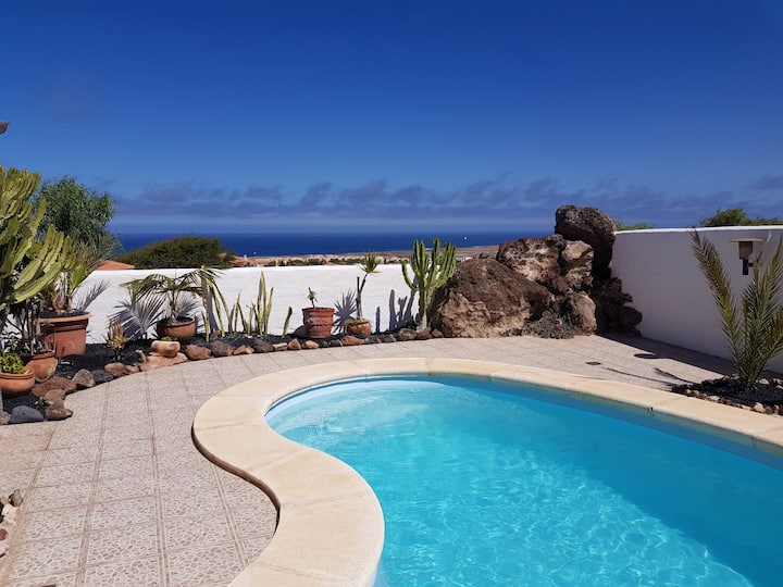 Villa with sea view and pool