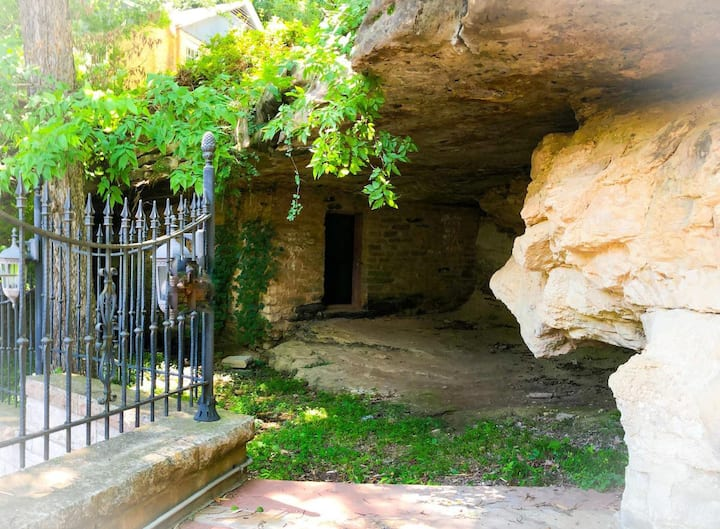 Rock House Cave Side Suite, Middle of Downtown Eureka Springs!  VIP Parking, Private Cave Access
