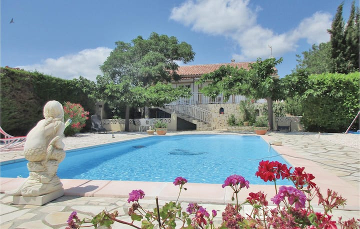 Beautiful home in Creissan with WiFi, Outdoor swimming pool and 3 Bedrooms