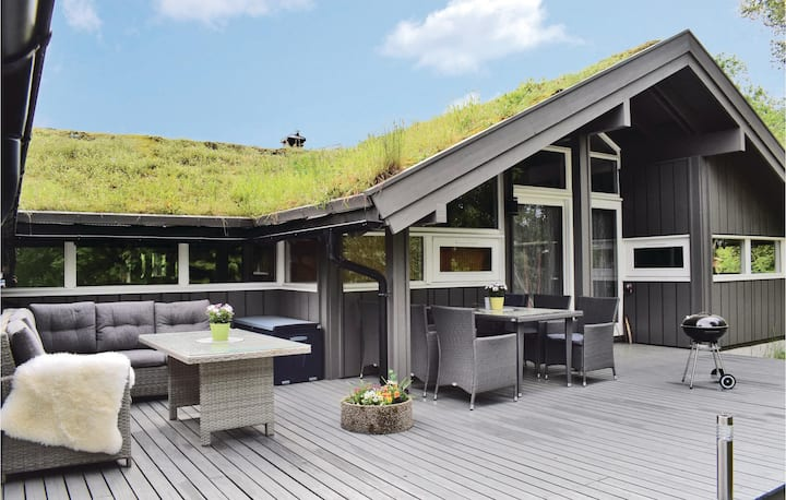 Amazing home in Søndeled with Indoor swimming pool, WiFi and 4 Bedrooms