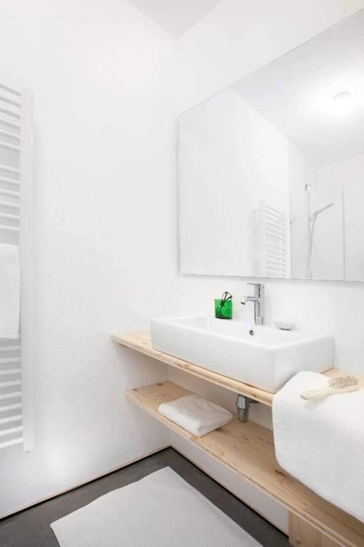 Moosham 13 Ferienwohnungen (Grafenau), Gemütliche, zeitlose Suite (40qm) mit Komplettküche und Naturholzboden