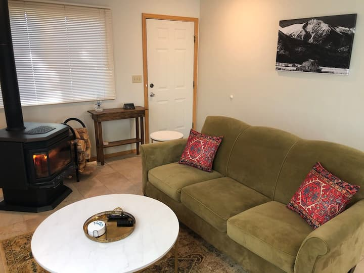 Cozy Condo with outdoor patio and fire pit. Newly refurnished!