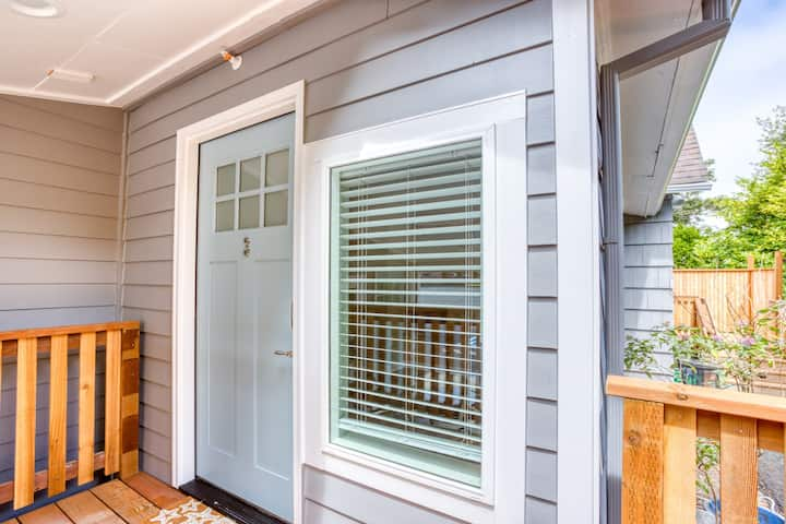 Newly remodeled & charming Inn studio near the beach with kitchenette!