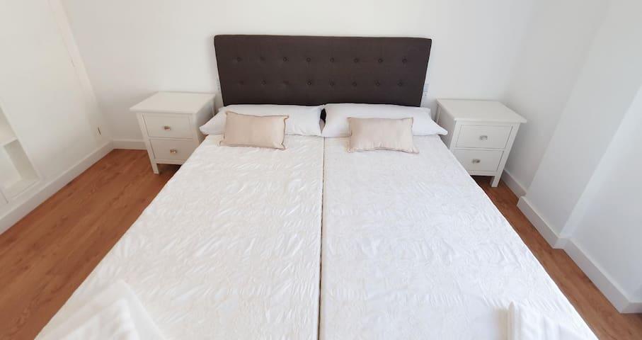 Dormitorio doble amplio con armario empotrado.
