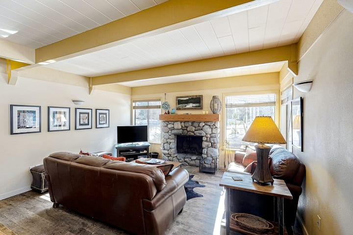 Lovely condo w/access to shared pool, hot tub & more - close to Dollar Mt.!