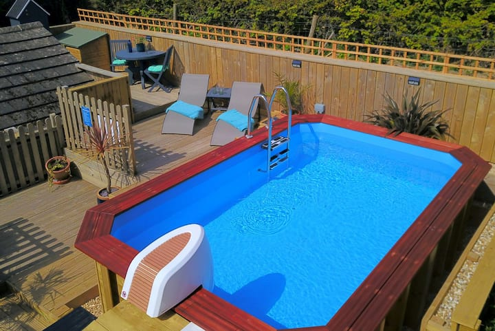 LITTLE QUEST Sunny private deck | off street parking - walk to the beach | pets welcome | Plunge Pool as an option