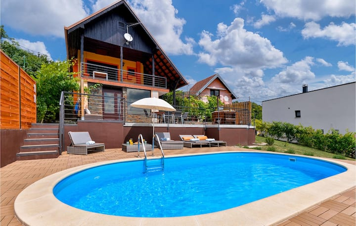 Awesome home in Sveti Ivan Zelina with Outdoor swimming pool, Jacuzzi and 2 Bedrooms