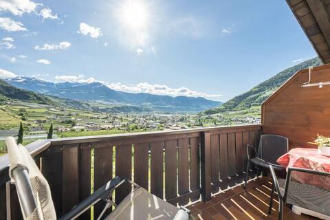 Acogedor apartamento de vacaciones Kornus con vistas a la montaña, Wi-Fi, balcón y jardín; Aparcamiento disponible, Se admiten mascotas a solicitud