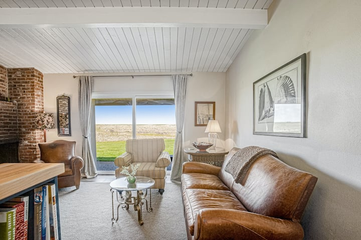 Oceanfront condo with gorgeous views, full kitchen and wood fireplace!