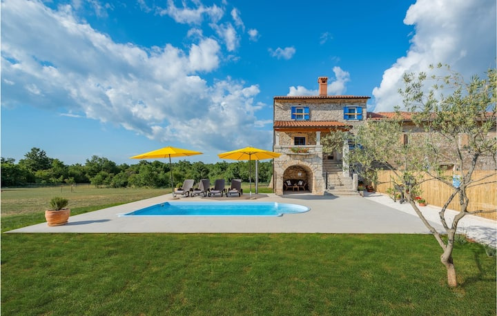Amazing home in Brscici with Outdoor swimming pool and 2 Bedrooms