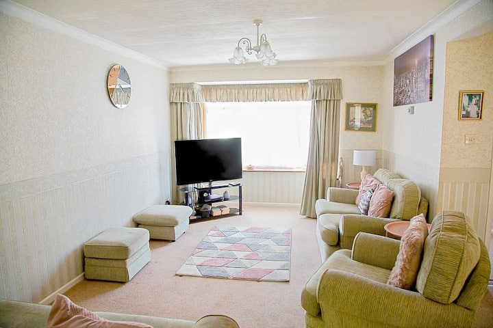Beautiful 3 Bedroom House in Staines. Private Parking, Garden near Heathrow
