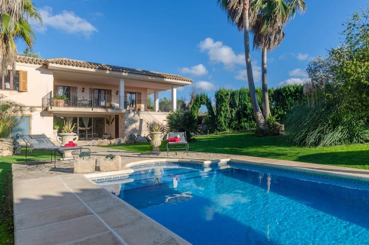 YourHouse Sonfrontera, pool villa with garden in Inca for 8 guests