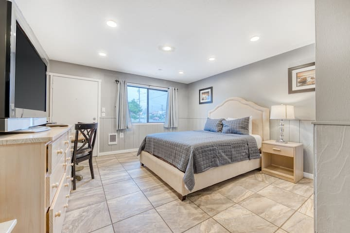Charming dog-friendly studio w/ kitchenette - walk to downtown and the beach!