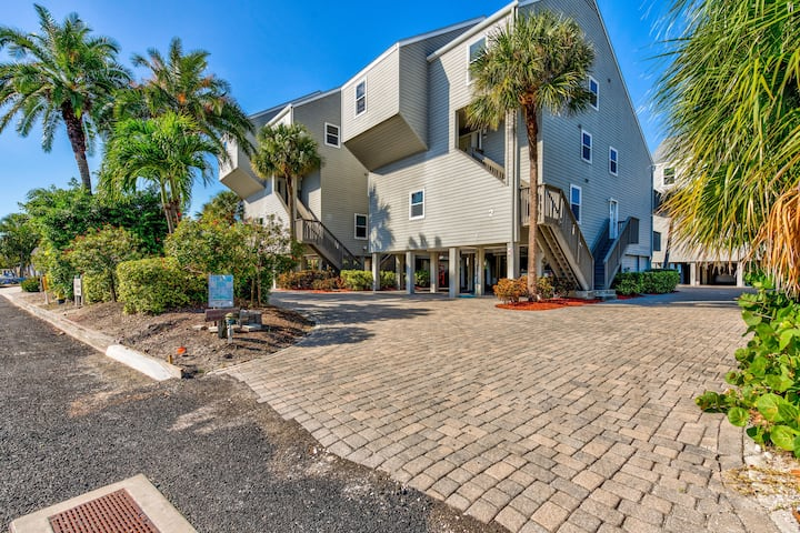 Pelicans Pointe - Updated townhome on the beach with 2 balconies
