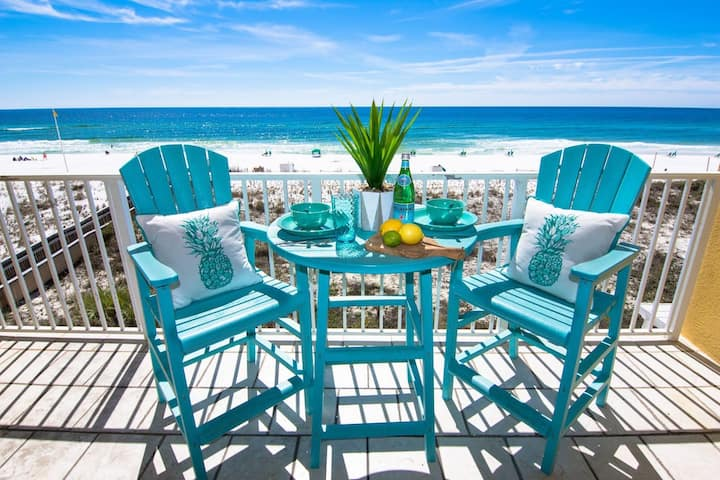Gulf front and Gorgeous, Renovated & FREE beach service!🌞