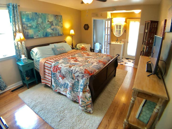 Relax at 19, Mermaid Room, next to Pine Mountain Village, Trolley, Shopping, Restaurants