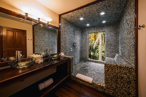 King Jungle Suite CT · Luxurious King Bed Suite in the Jungle Near Punta Gorda