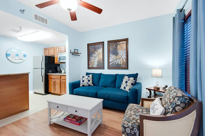 Waterfront condo w/ a shared pool, hot tub, & tennis courts - walk to the beach!