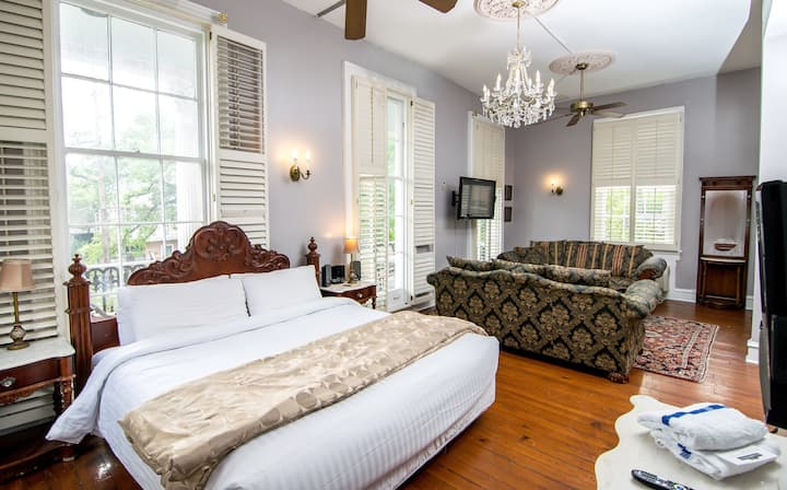 Rathbone Mansions - One King and Two Queen Suite