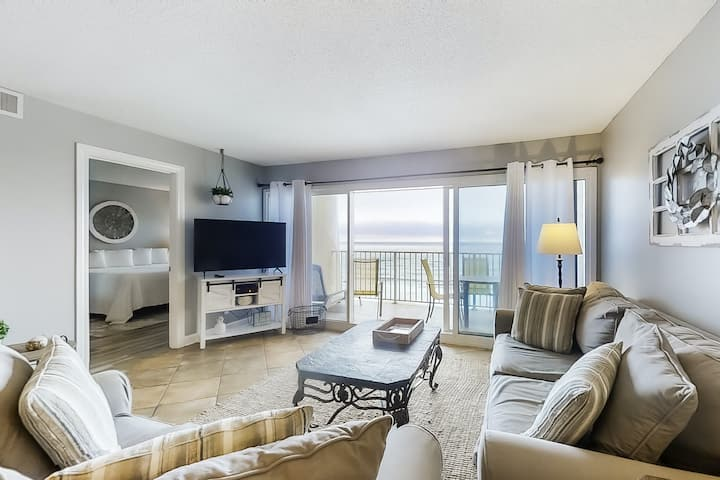 Spacious Sixth-floor Condo w/Gulf Views, WiFi, Shared Outdoor Pool, Gym, Tennis