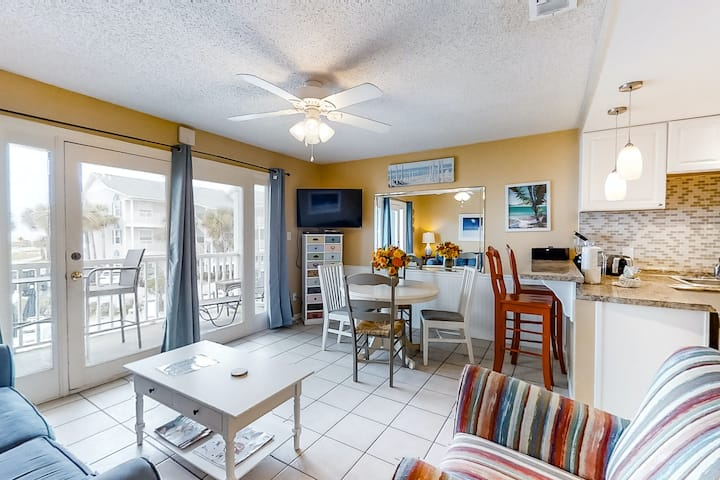 Cozy Condo, Private balcony, Across from beach!