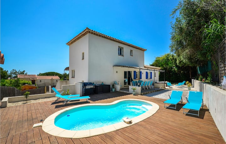 Amazing home in Ceyreste with Jacuzzi, WiFi and 5 Bedrooms