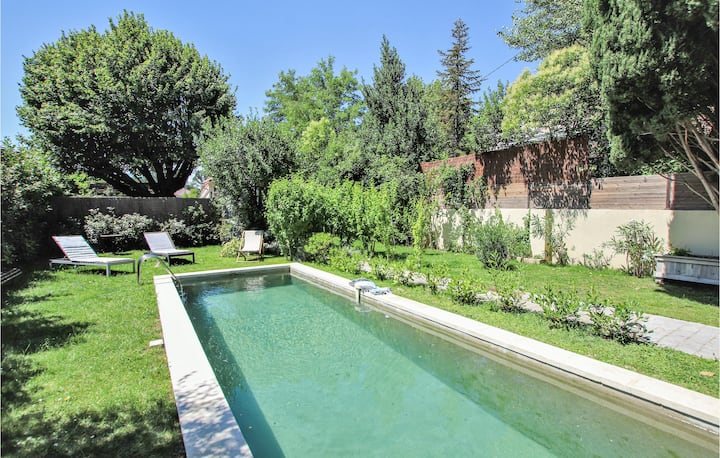 Beautiful home in Avignon with Outdoor swimming pool, Outdoor swimming pool and 1 Bedrooms