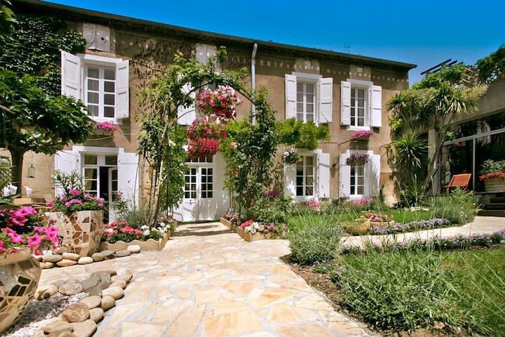 L'Oustal Des Fleurs at Occitanie