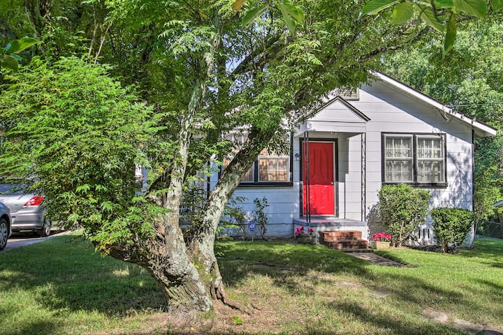 Cozy Cottage ~ 2 Miles to Downtown Attractions!