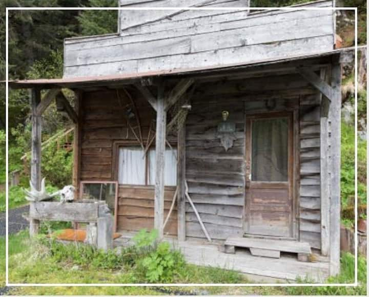 Cozy 1 Person Tiny Cabin with Pancake/waffle Breakfast: Beaver Boudoir