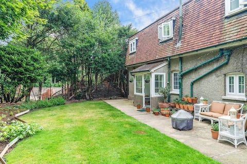 Exclusive Charming Cottage in Surrey