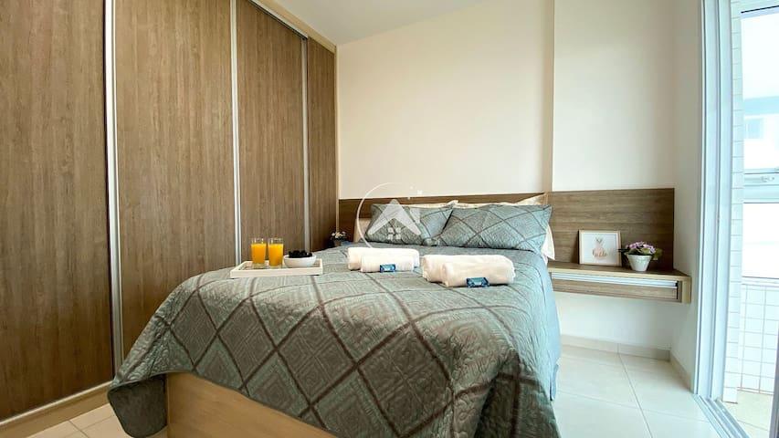 Cama confortável, com roupa de cama linha hotel, e toalhas de banho de qualidade. O quarto conta com ventilador de teto para ventilar o ambiente.