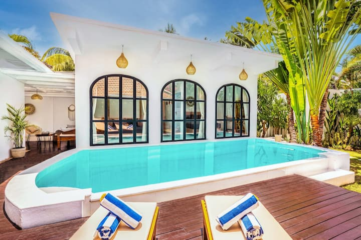 4 BDR Villa, Private Pool & Garden, Walk to the Beach