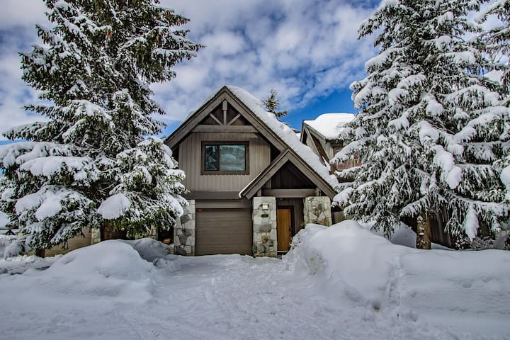 Pinnacle Ridge 23 - Ski In Ski Out, Newly Renovated, Private Hot Tub, Gas Fireplace