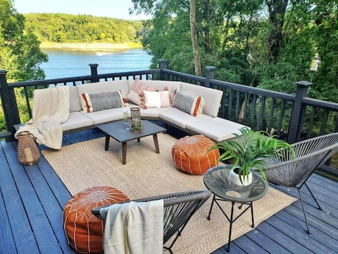 Luxury WATERFRONT CABIN with PRIVATE  RIVER ACCESS & Hot-Tub! Close to State Park, Iowa City, Cedar Rapids ad Amana