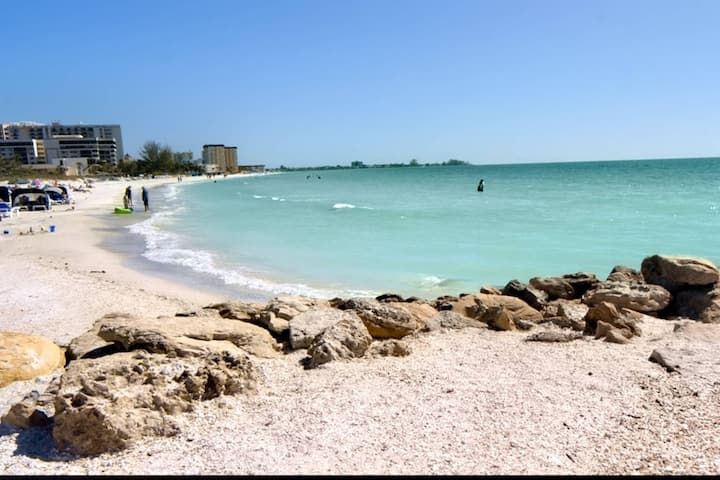 New Listing 2 Min Walk to Lido Beach, Walk to St. Armand shops, WiFi/Cable, King Bed, Full Kitchen