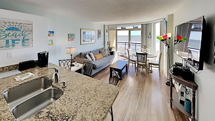 1BR/1BA Oceanfront condo w/Kitchen & Balcony in Center of MB, #302