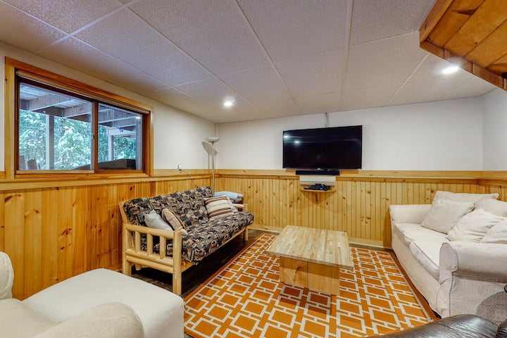 Three-level abode w/large furnished deck, foosball table, gas grill, shared pool