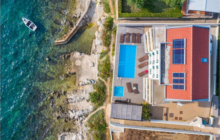 Beautiful home in Kozino with Jacuzzi, WiFi and 6 Bedrooms