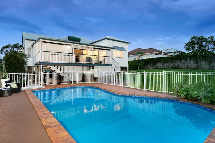 The Indooroopilly Queenslander - 4 Bedroom Family Home - Private Pool - Wifi - Netflix