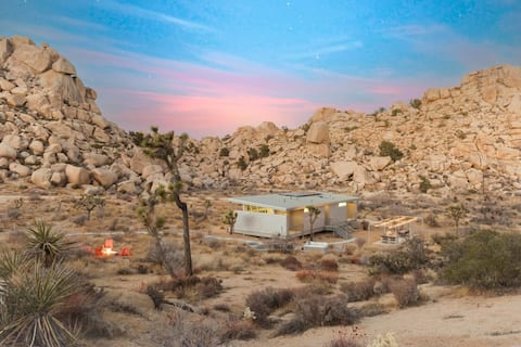 Hi-Desert Fade - New Home Surrounded by Boulders w/ Hot Tub near Pioneertown