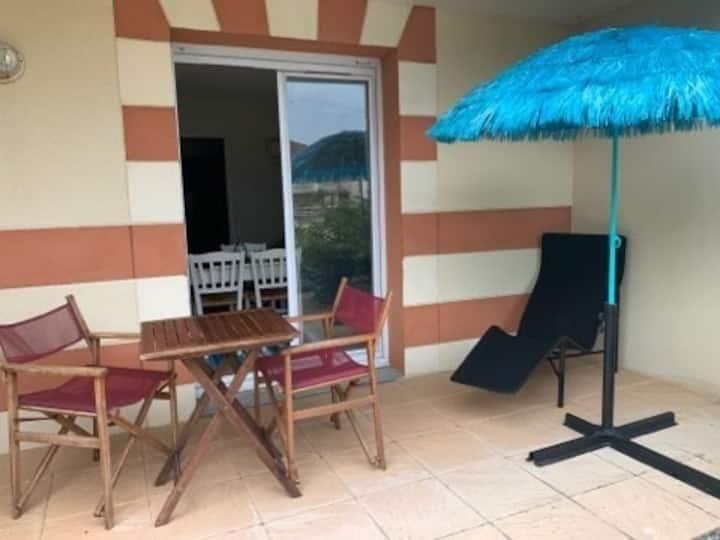 Joli studio refait avec goût dans une résidence de vacances avec piscine