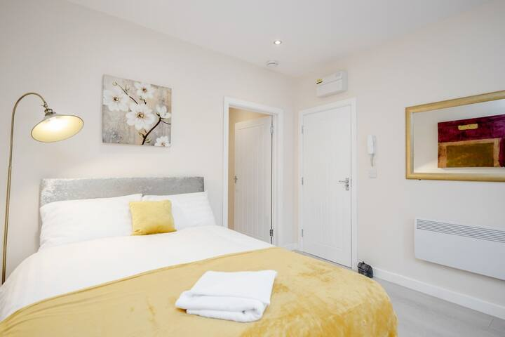 Bedford Hospital Contractor Serviced Studio Apartment by Homely Spaces for Up to 2 Guests