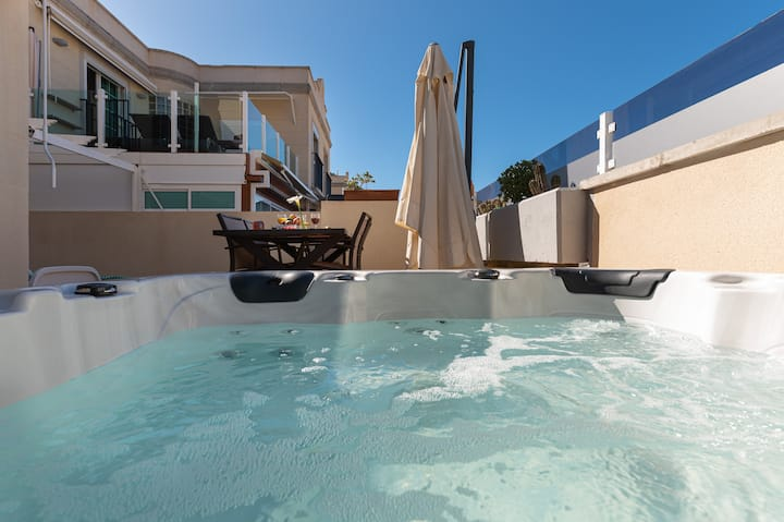 Spacious Apartment With Jacuzzi and Pool Access