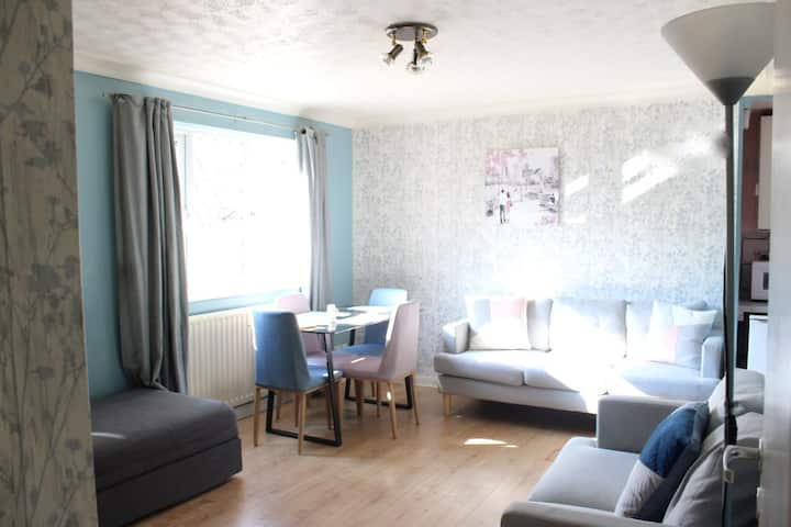 Stunning Spacious Contemporary 2 Bedroom Flat Near Heathrow Airport