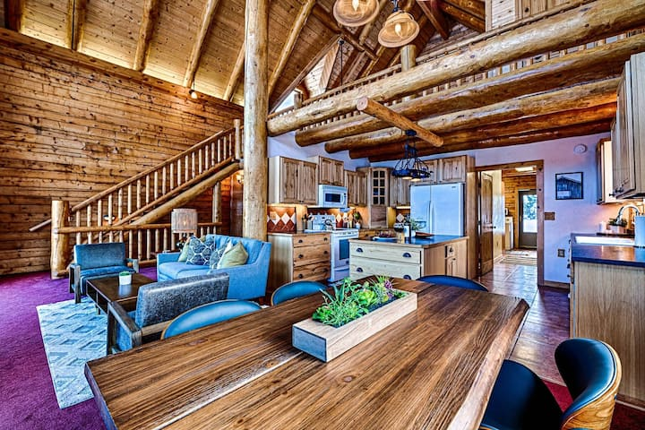 NEW LUXURIOUS CABIN! Stunning Mountain Views-Mountain Serenity w/Pool Table/Dish TV/WIFI/Large Deck