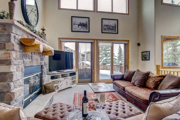 Just Listed! Slope Views, Walk to Ski/Shuttle, Pool/Hot Tub, Garage, 4 En Suites, 2 Fireplaces